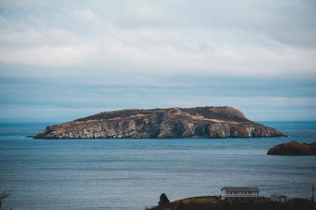 Bruin en zwart eilandje omgeven door water