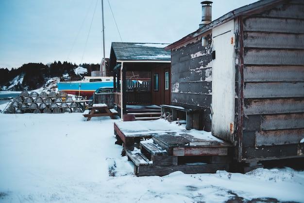 Bruin en zwart huis vallende sneeuw