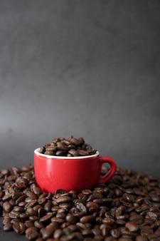 Bruin gebrande koffiebonen en koffiekopje