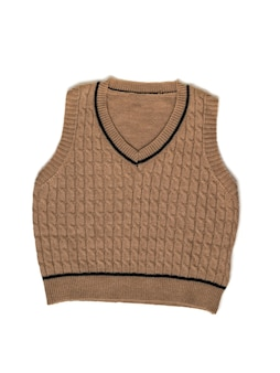 Bruin gebreid vest geïsoleerd op een witte achtergrond. modieuze klassieke gebreide kleding.