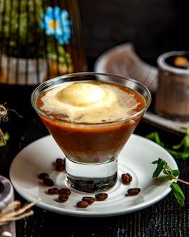 Bruin gekleurde koffie op de tafel