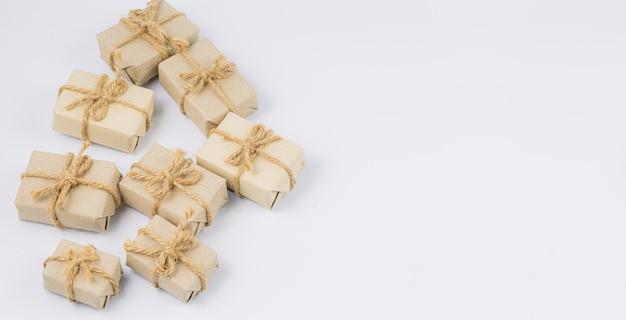 Bruin geschenk op een witte achtergrond stapel handgemaakte geschenkdozen op een witte achtergrond