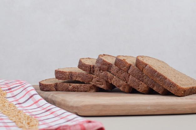 Bruin gesneden brood op een houten bord. hoge kwaliteit foto