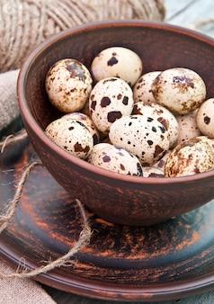 Bruin gevlekte kwarteleitjes in keramische kom
