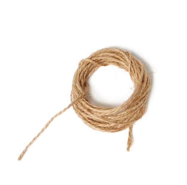 Bruin gevouwen streng die op een witte ruimte wordt geïsoleerd