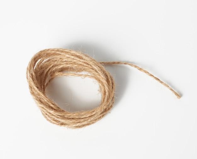 Bruin gevouwen touw op een witte ruimte