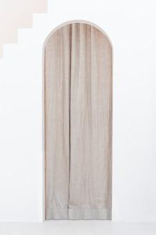 Bruin gordijn met een gebogen deur