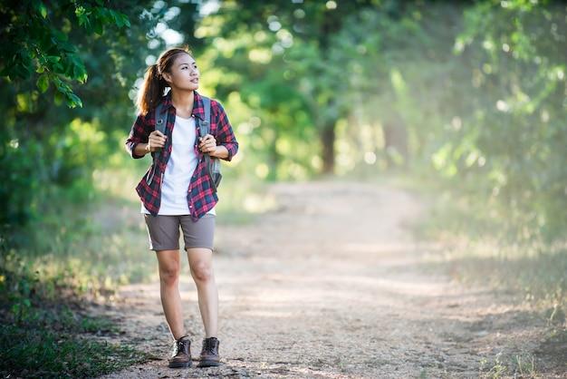 Bruin haar avonturier rugzak natuur staande