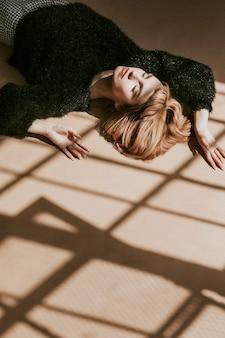 Bruin haar vrouw in een zwarte pluizige trui