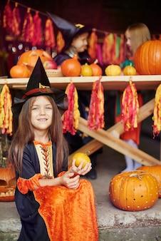 Bruin haarmeisje op het halloween-feest