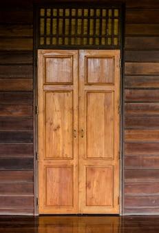 Bruin houten deur in houten huis
