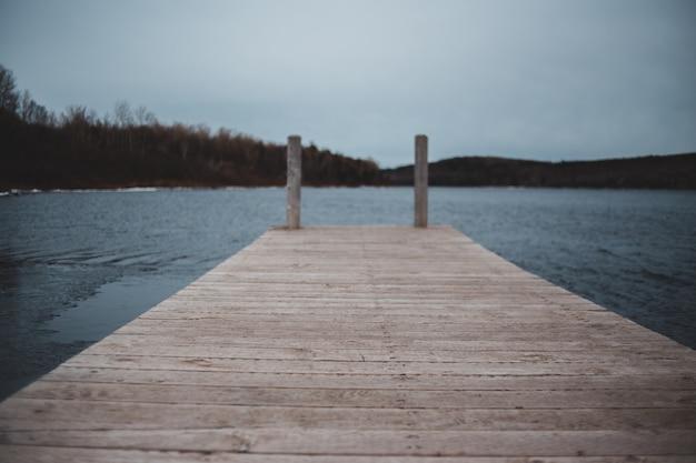 Bruin houten dok en zee