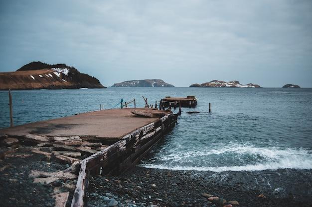 Bruin houten dok op zee overdag