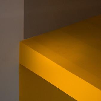 Bruin houten oppervlak dichtbij grijze muur