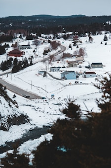 Bruin huis op met sneeuw bedekte grond overdag