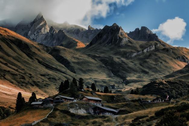 Bruin huis tussen bergen