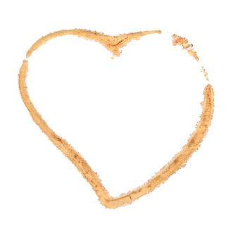 Bruin koffiekopje vlek hartvorm geïsoleerd op een witte achtergrond.