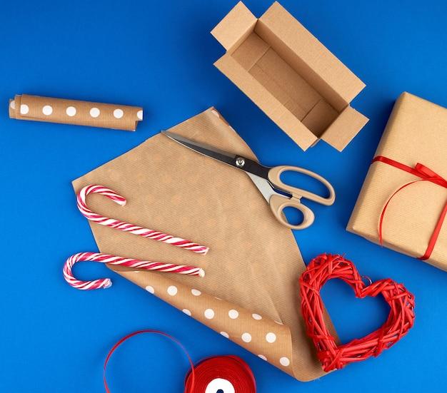 Bruin kraftpapier, ingepakte geschenkzakken en vastgebonden met een rood lint, rood hart