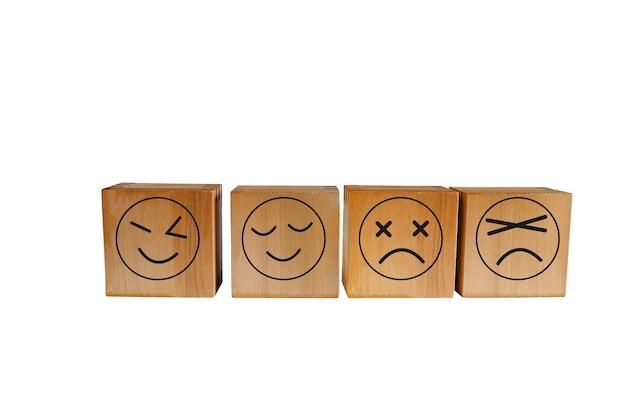 Bruin kubieke hout, houten kubus geïsoleerd op een witte achtergrond.