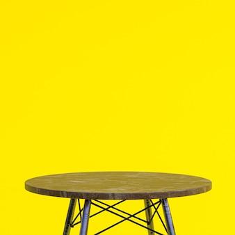 Bruin marmeren tafel of productstandaard voor displayproduct op gele achtergrond