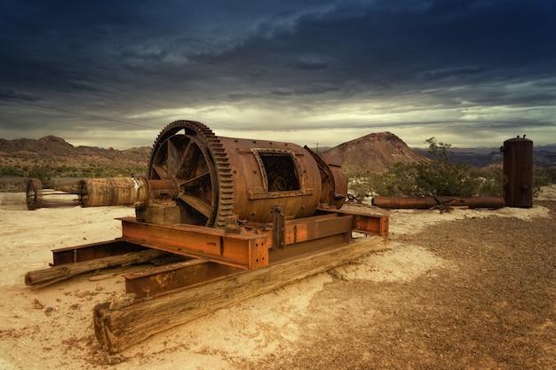 Bruin metalen apparatuur op veld overdag