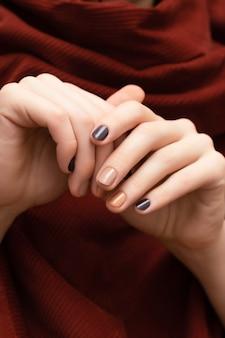 Bruin nageldesign. vrouwelijke handen met glitter manicure.