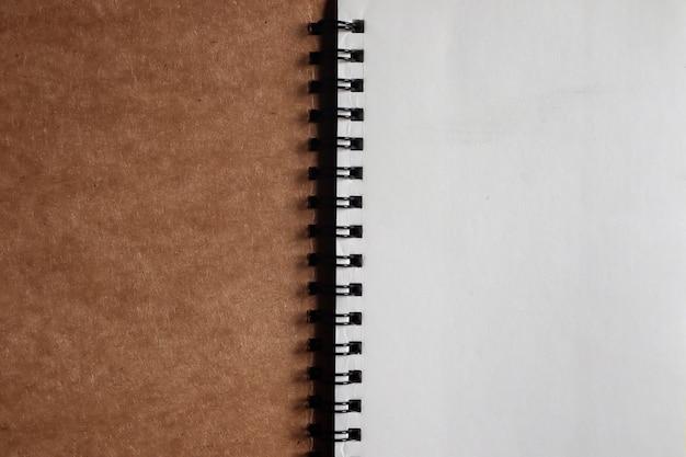 Bruin notitieboek dat wordt geopend