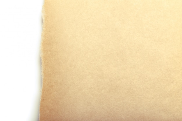 Bruin pakpapier gescheurd om wit paneel te onthullen