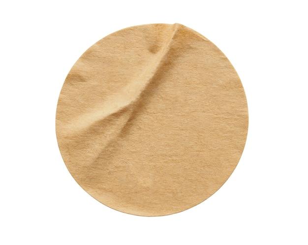 Bruin rond papieren stickeretiket dat op witte achtergrond wordt geïsoleerd