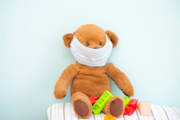 Bruin teddybeerstuk speelgoed met beschermend medisch masker