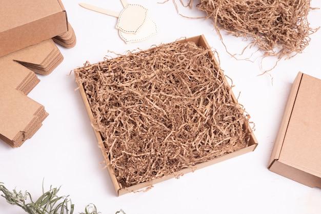 Bruin versnipperd papiervuller voor postpakket