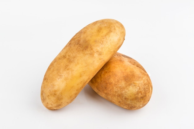 Bruine aardappel op witte achtergrond
