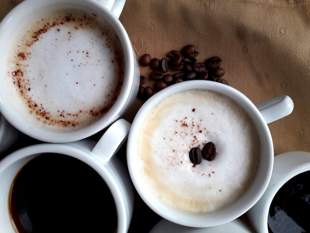 Bruine achtergrond met enkele kopjes koffie