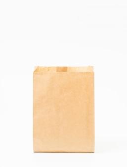 Bruine ambachtelijke papieren zak voor voedselverpakkingssjabloon geïsoleerd op wit