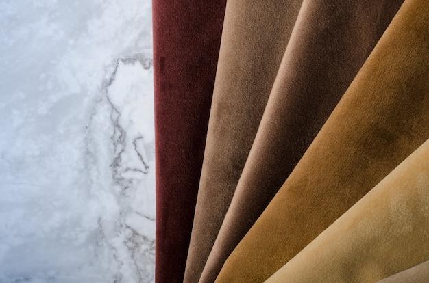 Bruine, beige en grijze kleuren velours textielstalen. stof textuur