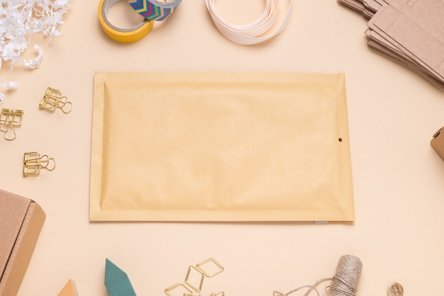 Bruine bellenvelop op kleurenbureau