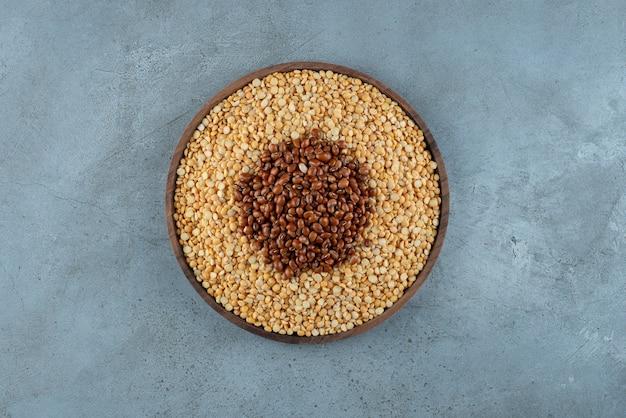 Bruine bonen en erwten op een houten schotel. hoge kwaliteit foto
