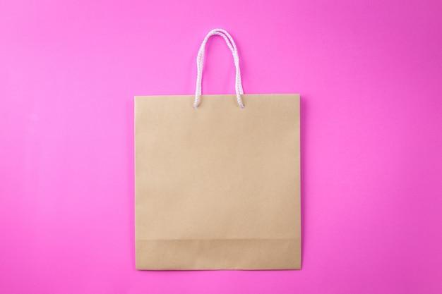 Bruine boodschappentas één roze en kopie ruimte voor platte tekst of product