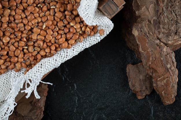 Bruine bruine bonen geïsoleerd op zwart.