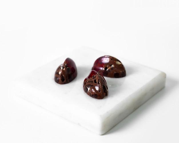 Bruine chocolade kunst ontworpen plakjes geïsoleerd op de witte vloer