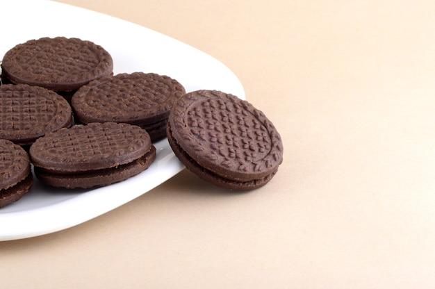 Bruine chocolade sandwich koekjes met room plaat in te vullen