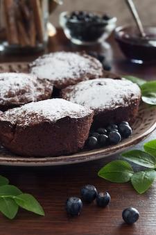 Bruine chocolademuffins en bosbessen