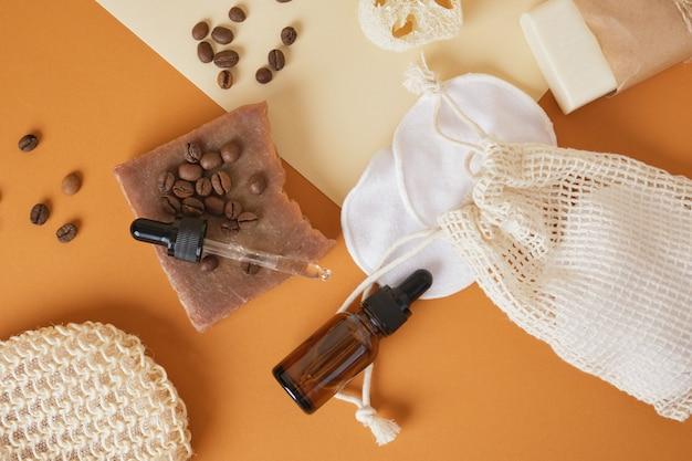 Bruine cosmetische flessen met pipetten, herbruikbare stoffen sponzen en handgemaakte cacaozeep