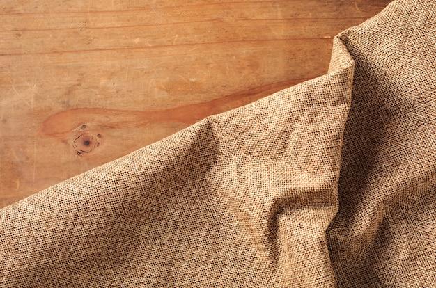 Bruine doek op houten achtergrond