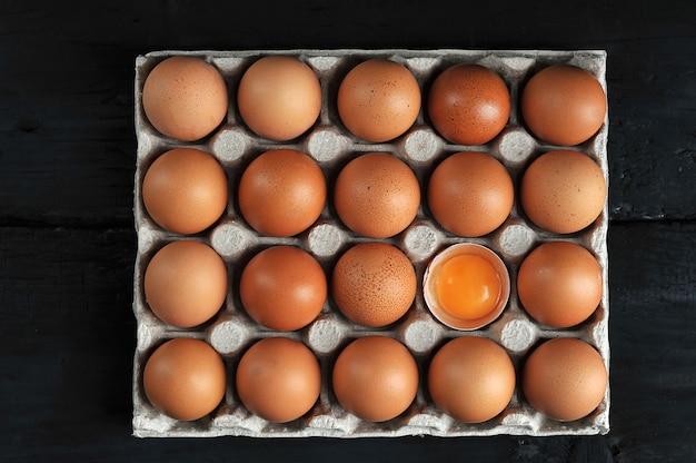 Bruine eieren en eierdooier in kartondoos