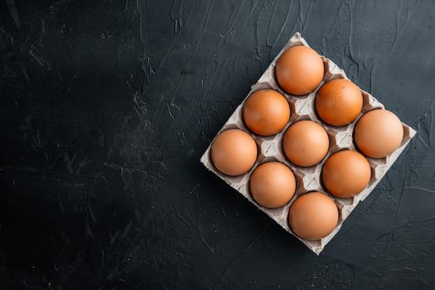 Bruine eieren in kartonnen doos lade bovenaanzicht plat leggen