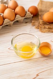 Bruine eieren met één gebroken en eierdooier