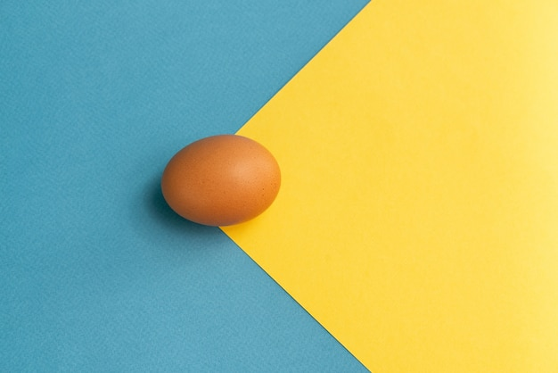 Bruine eieren op gekleurd