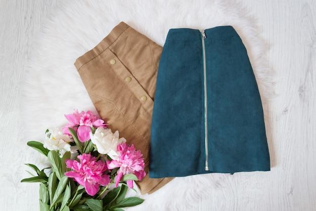 Bruine en blauwe suede rokken en een boeket van pioenrozen