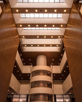 Bruine en gouden hal in groot gebouw